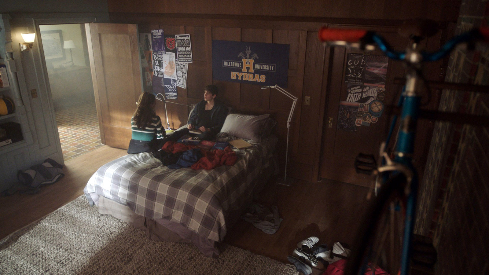 CHARMED: S1 - PARKER'S DORM ROOM - SCREEN STILL