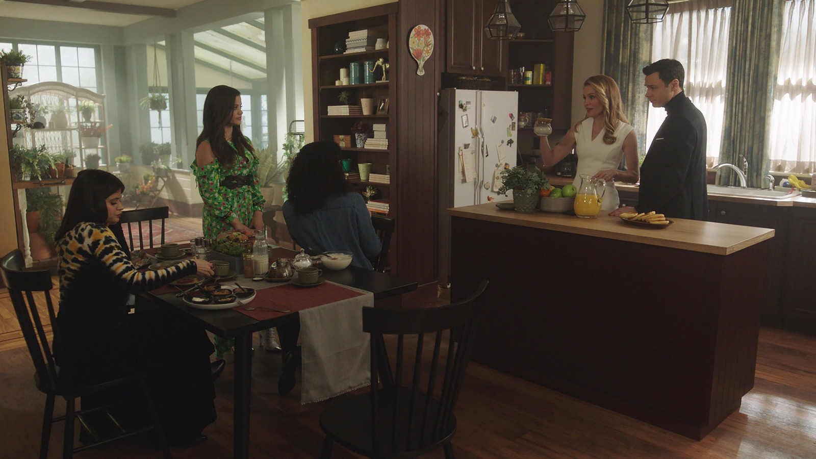 CHARMED: S1 - VERA MANOR - KITCHEN - SCREEN STILL