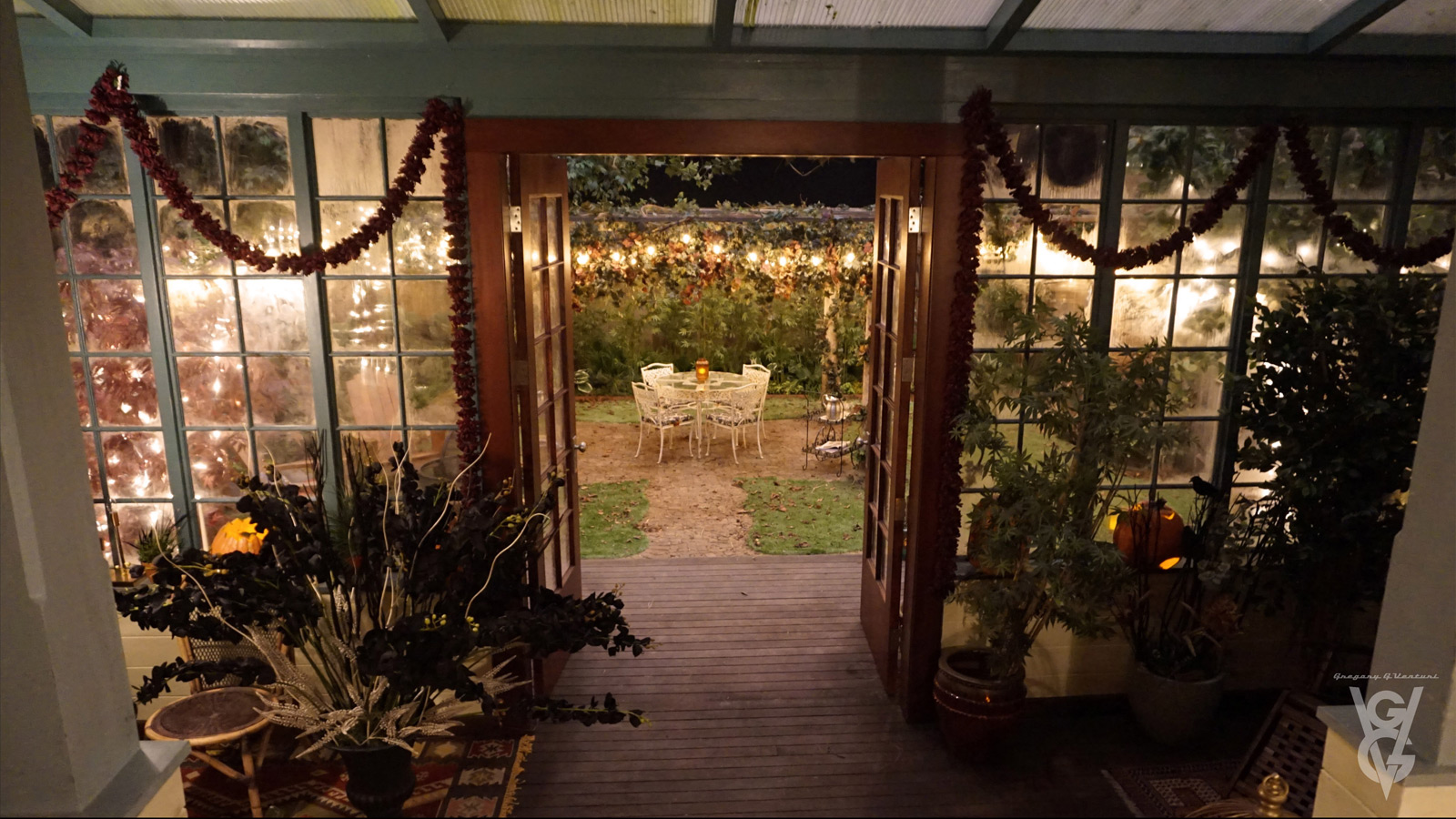 CHARMED: S1 - VERA MANOR - BACK YARD - SET PHOTO