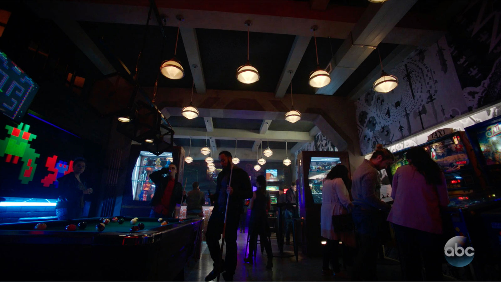 "ONCE UPON A TIME: S7 - ""FLYNN'S BARCADE"" - SCREEN STILL"