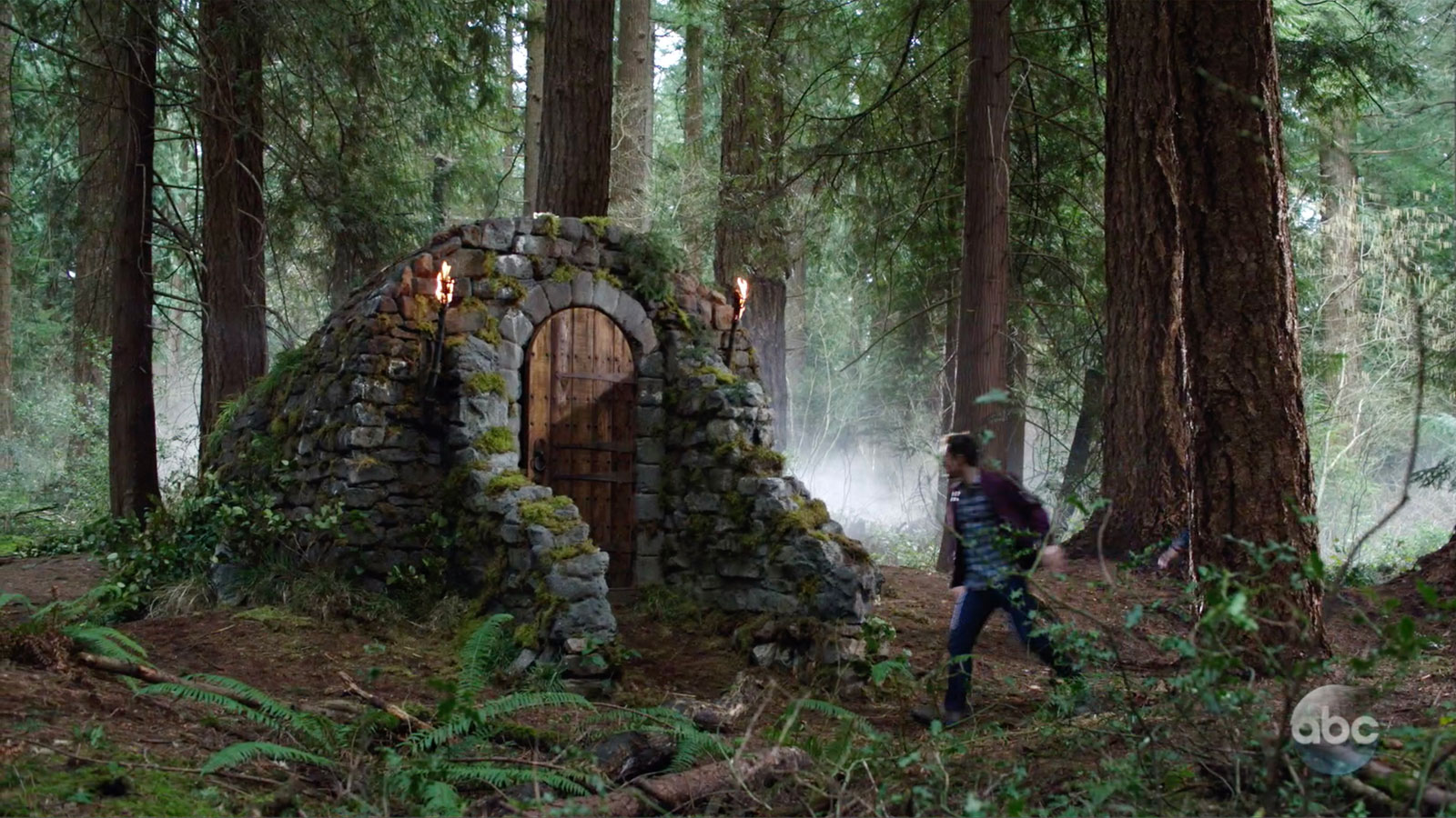 ONCE UPON A TIME: S7 - CASTLE ENTRY - SCREEN STILL